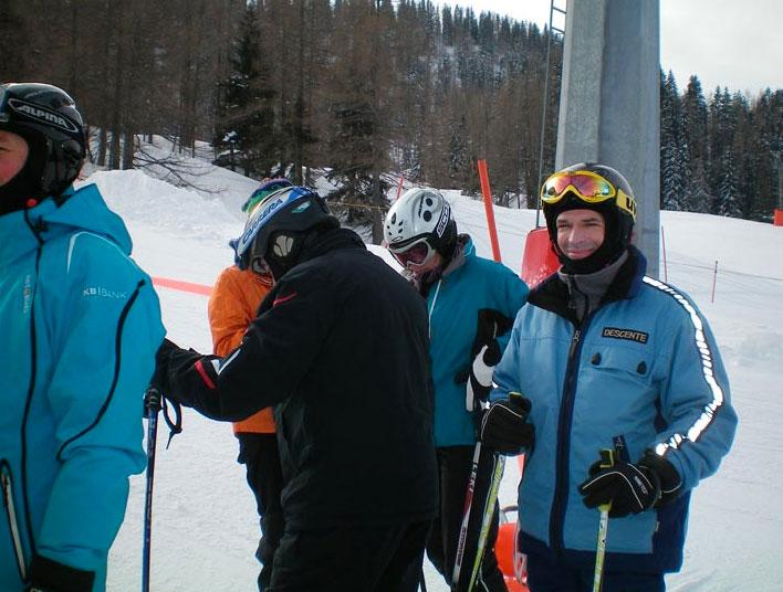 Skifahrer warten aufeinander