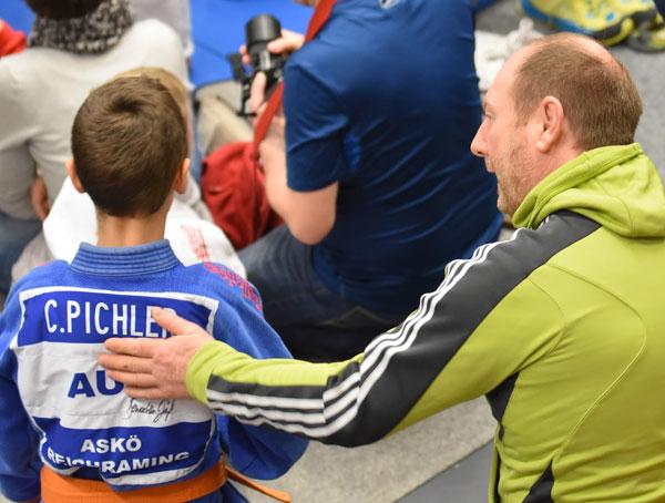 Trainer motiviert jungen Judoker