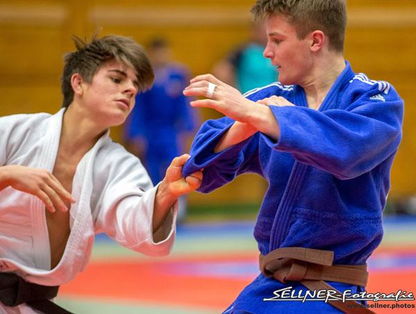 Zwei Judoker kaempfen