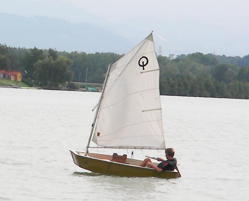 Kleines Segelboot segelt am See