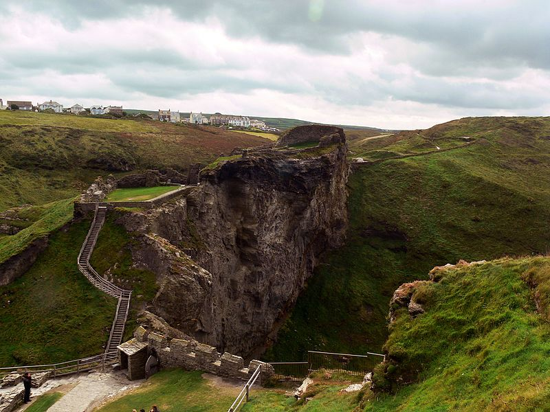 ruins_of_the_Upper_mainland_courtyard_of_Tintagel_Castle