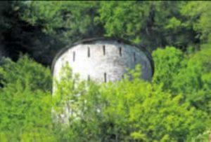 Juste au-dessus du château, la tour Dufour contrôle la région. PH.DY