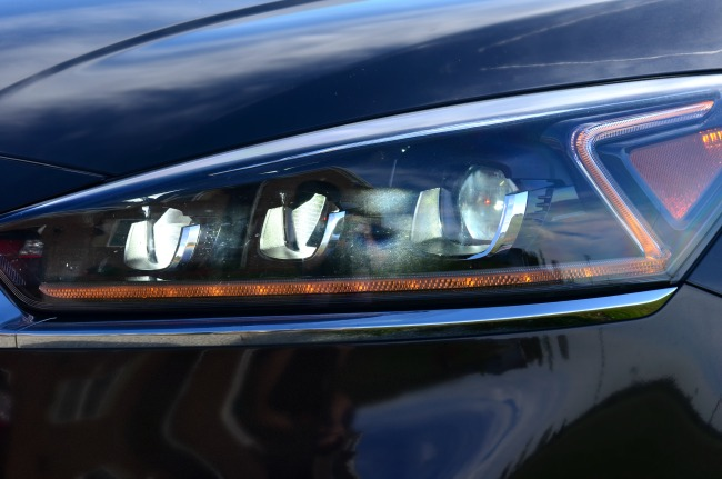 The 2017 Kia Cadenza features sharp looking Z-shaped headlamps that grab anyone's attention