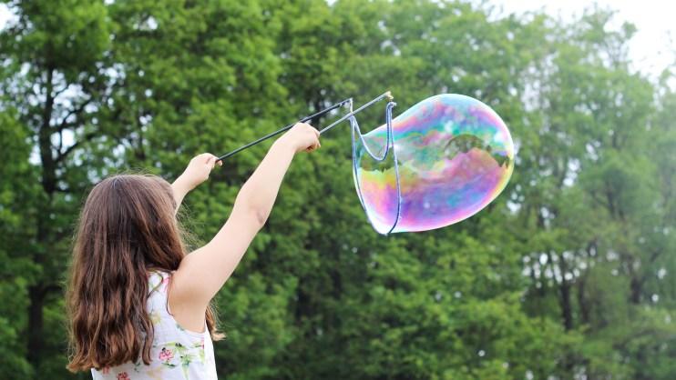 Petite fille faisant des bulles