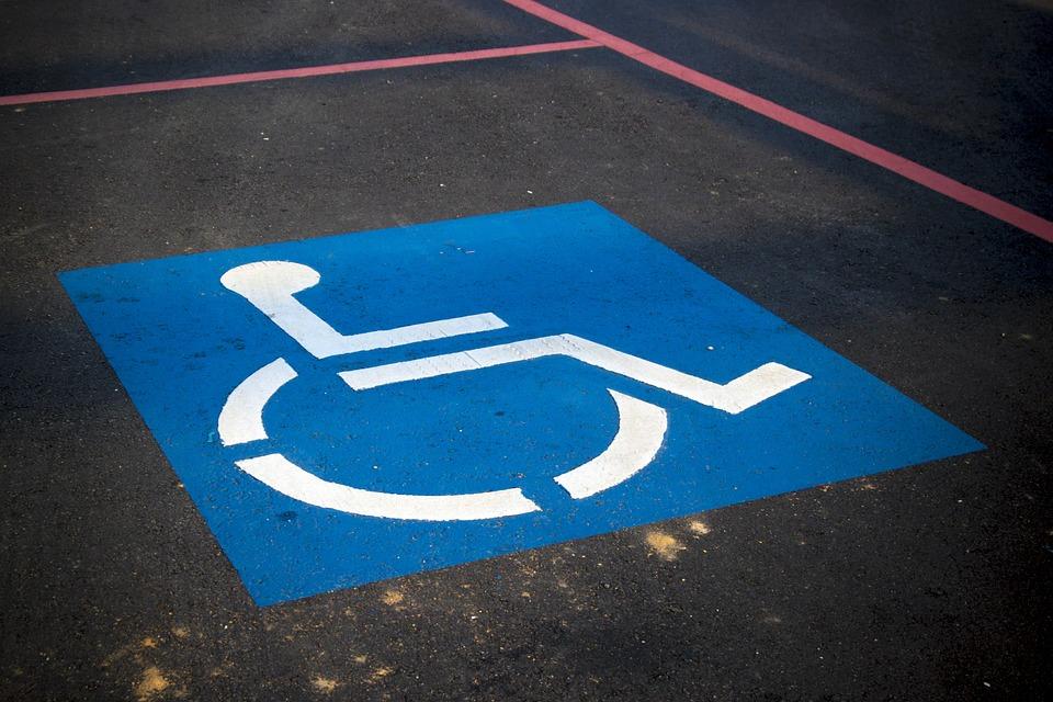 Campaña DGT: empatía y mayor firmeza en el uso de plazas y tarjetas de estacionamiento para personas con movilidad reducida