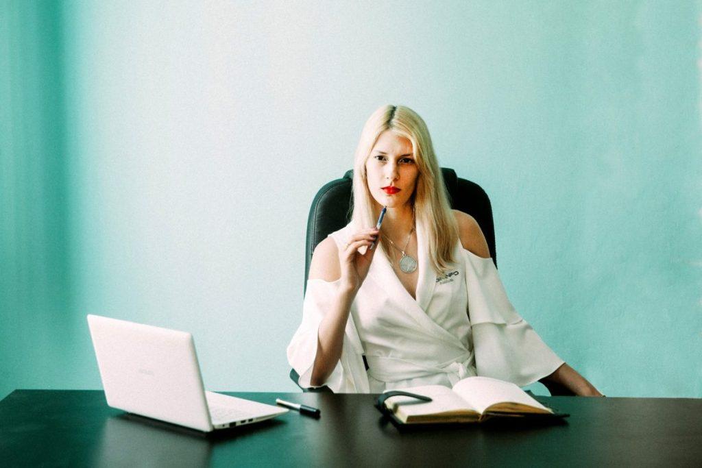 mujer con portatil ofreciendo asesoramiento online para tu lactancia