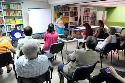 cursos reiki madrid, asociación reiki madrid, explicando teoría y viendo las presentaciones del curso