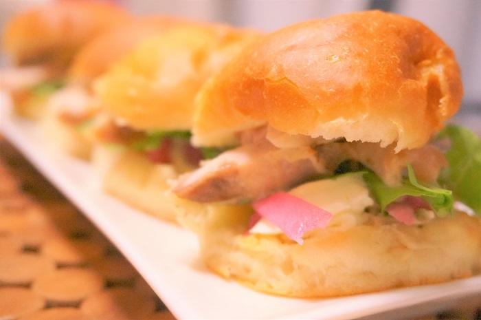 ホームベーカリー×白神こだま酵母ドライでフワフワの丸パンレシピ。山形の赤かぶの漬物や野桜本店のわさび漬けを使ったサンドイッチアレンジもご紹介しています。