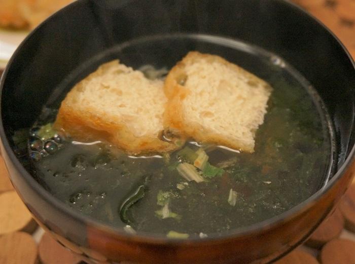 具材を入れて、お湯を注ぐだけ。かちゅー湯って簡単でおいしいよ。