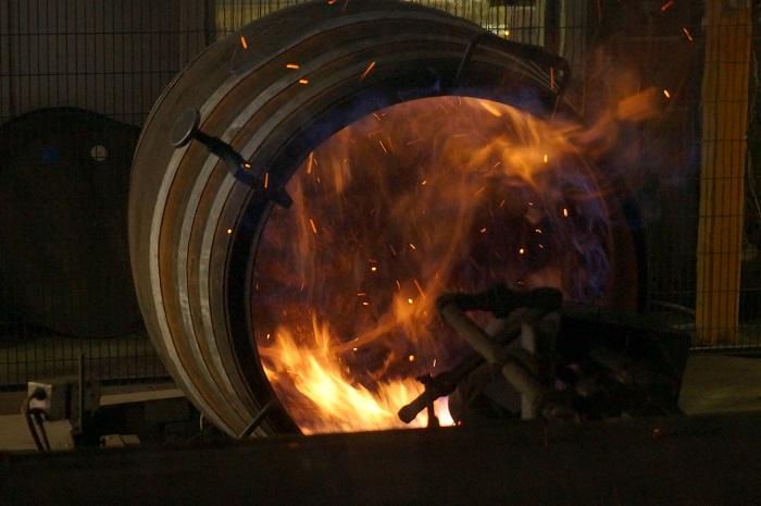 チャーという樽の焼き入れ作業も昔は職人さんがやってたそうですよ|ニッカ仙台工場のウイスキーづくりを見学