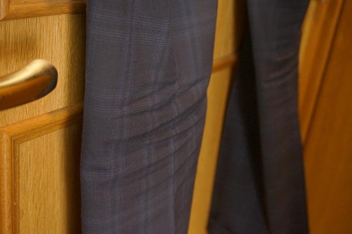 膝裏の座りシワも20秒でスッキリとれる衣類スチーマー。
