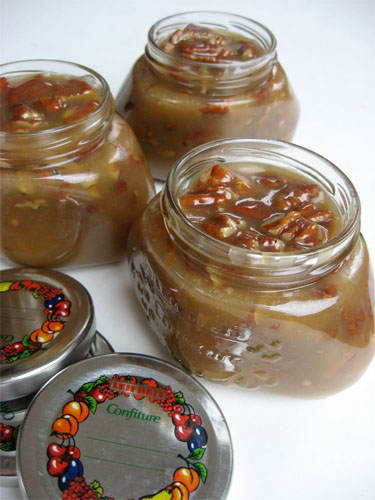 easy homemade southern praline sauce--- This 6 ingredient souther praline sauce is so easy to make and delicious on ice cream, brownies, cake, on a spoon... you can't go wrong! | asouthernfairytale.com #southernrecipes #desserts #homemadegifts