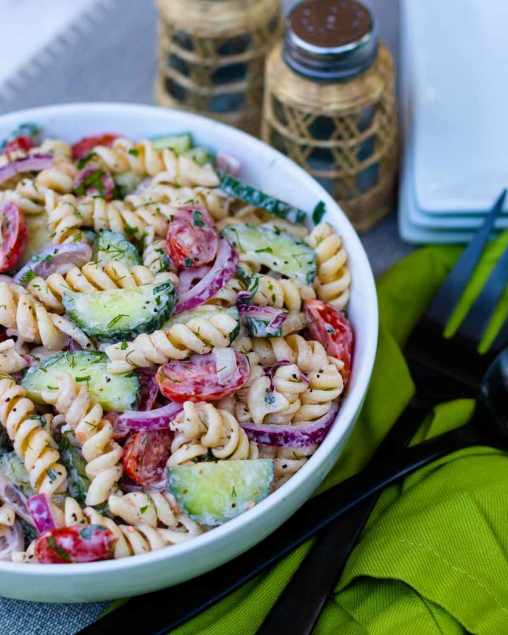 Easy to make salad with pasta and vegetables.
