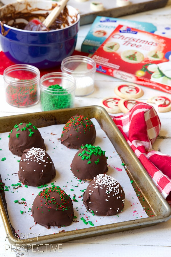 How to Make Peppermint Cookie Bon-Bombs - Homemade #IceCream and #Cookie Bon Bons covered in #Chocolate! #peppermint