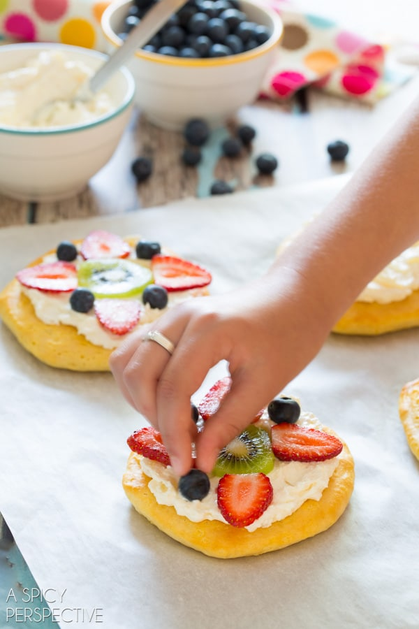 Easy Fruit Pizza for #Breakfast! #pizza #fruitpizza #cookingwithkids