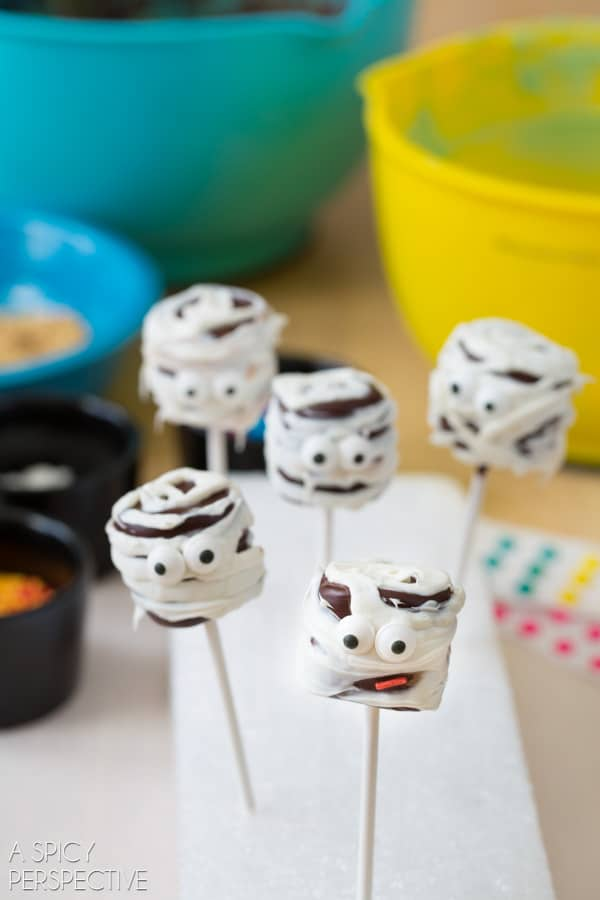 Festive Chocolate Covered Marshmallow Pops #halloween #pops #kids