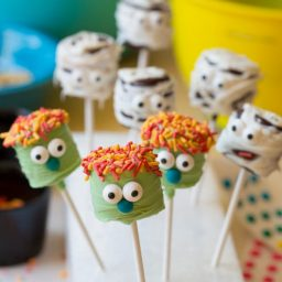 Chocolate Covered Marshmallow Pops #halloween #pops