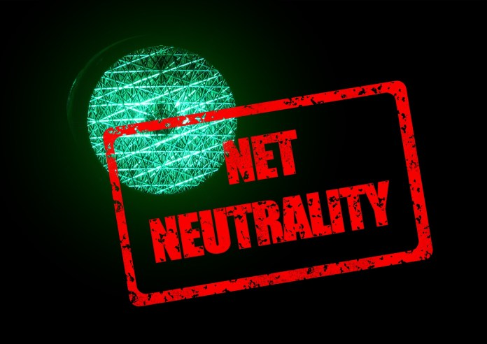 Net neutrality banner in front of a traffic light | Aspioneer