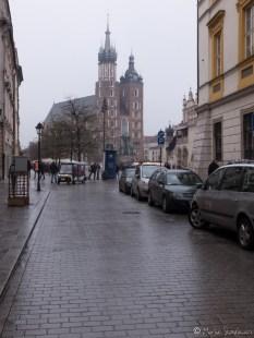 Widok na Kościół Mariacki Uliczki wokół Rynku mocno zapchane samochodami... cóż, nowoczesność