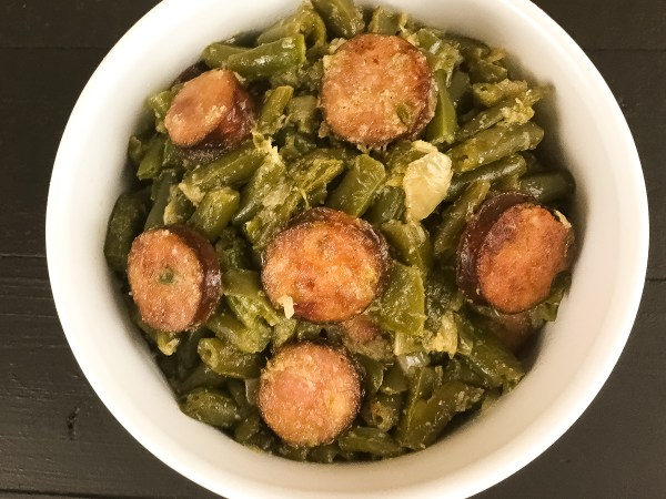 Naturally ketogenic, low carb, and gluten free Cajun Smothered Green Beans With Sausage from A Sprinkling of Cayenne. | http://asprinklingofcayenne.com