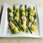 Σαλάτα με σπαράγγια πατάτες και αυγά