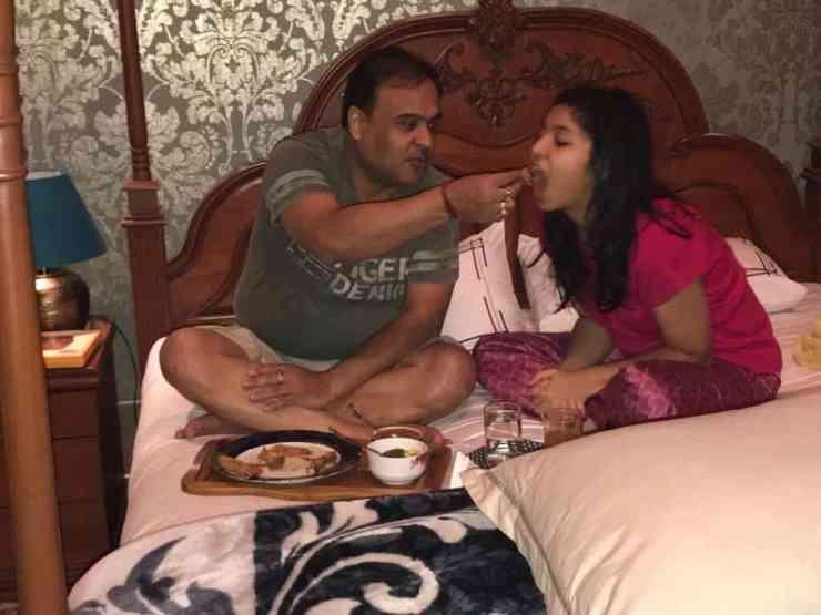 Himanta Biswa Sarma Feeding dinner