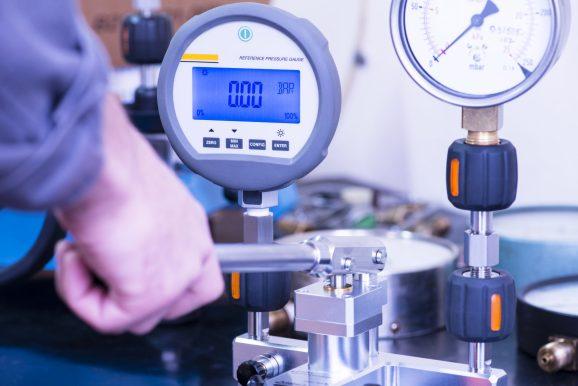 Fiscal efetuando testes de calibragem na balança de um estabelecimento comercial.