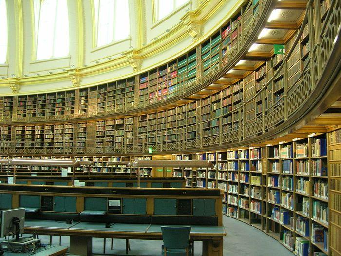 """Suasana """"Reading Room"""" di British Museum. Ruangan baca ini diresmikan pada 1857, dan digunakan sampai 1997. Di tempat inilah Karl Marx pernah membaca koleksi buku dan menuliskan buah pikirannya untuk bukunya, Das Kapital, Kritik der politischen Oekonimie."""
