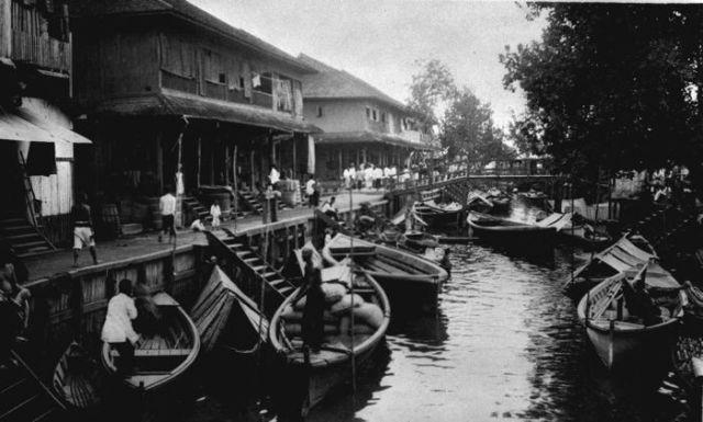 Sebuah kanal di perkampungan Pontianak, sekitar 1920-an.