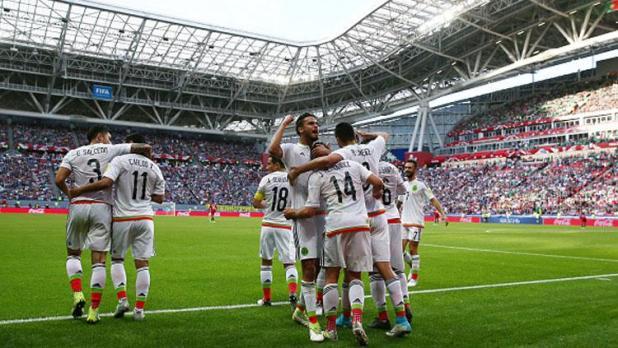 Indosport - Pemain Meksiko merayakan gol Javier Hernandez.