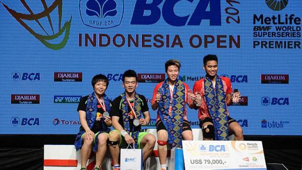 Indosport - Tontowi Ahmad/Liliyana Natsir bersama pasangan China, Zheng Siwei/Chen Qingchen di podium Indonesia Open 2017.