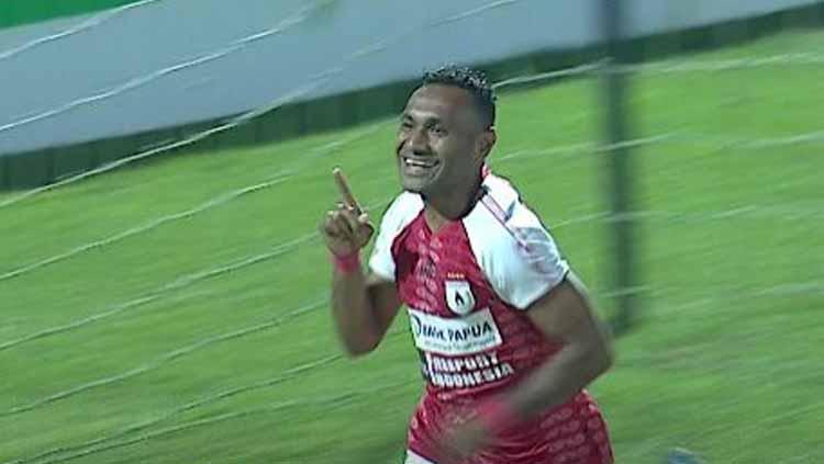Titus Bonai melakukan selebrasi usai cetak gol ke gawang PSIS Semarang di Liga 1 2019. Copyright: liga1match
