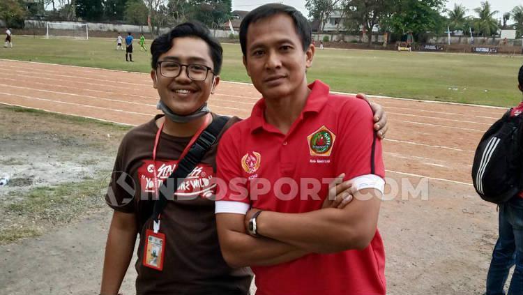 I Made Kadek Wardana (kanan) saat berpose dengan rekannya usai laga Gianyar melawan Denpasar di Stadion Debes Tabanan, Kamis (12/09/2019). Copyright: Nofik Lukman Hakim/INDOSPORT
