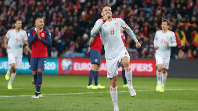 Gelandang Spanyol, Saul Niguez, melakukan selebrasi atas golnya ke gawang Norwegia. Copyright: https://twitter.com/SeFutbol