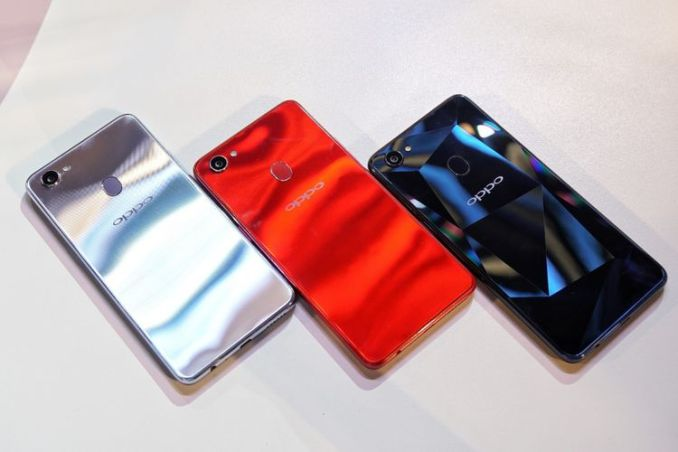 Tiga warna Oppo F7 dari sisi belakang. Dari kiri ke kanan: Moonlight Silver, Solar Red, dan Diamond Black.