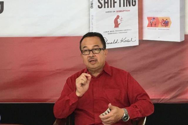 Guru besar Fakultas Ekonomi dan Bisnis Universitas Indonesia Rhenald Kasali saat meluncurkan buku berjudul The Great Shifting di Rumah Perubahan, Bekasi, Jawa Barat, Sabtu (21/7/2018).