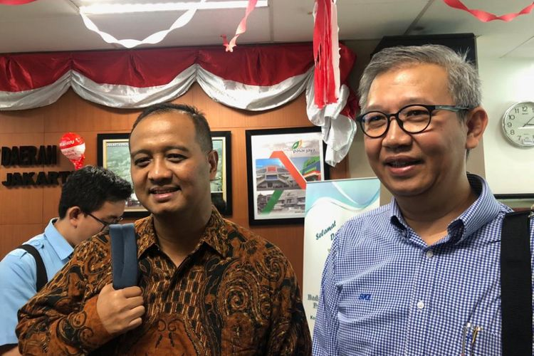 Agung Wicaksono (kiri) selaku Direktur Utama PT Transportasi Jakarta (Transjakarta) bersama pendahulunya, Budi Kaliwono (kanan)