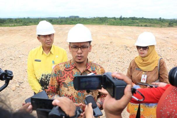 Koordinator Supervisi KPK Wilayah 7, Rosma Ali Yusuf, diwawancarai sejumlah media saat melakukan sidak ke salah satu perusahaan tambang di Kabupaten Banjar, Kalimantan Selatan. (18/7/2019).