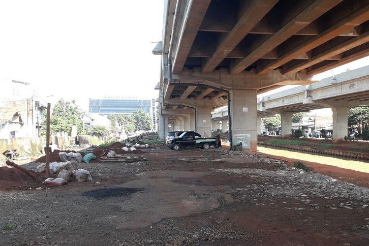 Kolong Tol Becakayu dekat Kampus Universitas Borobudur kini tak lagi dipenuhi kendaraan. Namun, sejumlah kendaraan masih terparkir di sana, Kamis (25/4/2019).