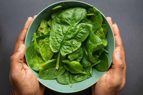 Sayuran hijau seperti bayam mengandung asam folat yang dapat mempengaruhi mood manusia.