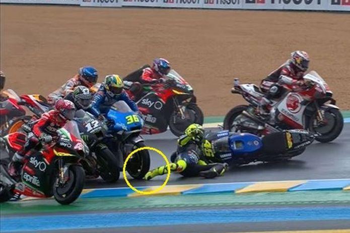 Valentino Rossi mengalami crash pada MotoGP Perancis yang digelar di Sirkuit Le Mans, Minggu (11/10/2020). Kaki Rossi nyaris terlindas motor Joan Mir ketika ia terjatuh.