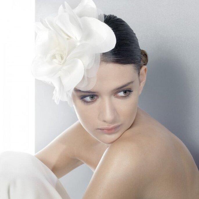 Modische Kleidung Schone Blonde Model Brautfrisur Und