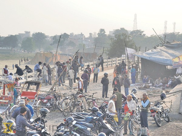 SLMM supporters gather at the Birgunj-Raxaul crossing on Monday to show their support to the sit-in participants who have been living under a tarpaulin shelter for the past 90 days.