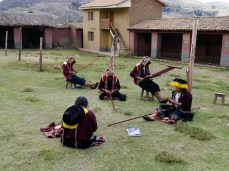 Young weavers spending Saturdays at the CTTC Chahuaytire center.
