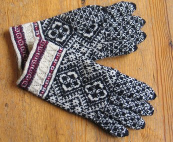 Handknit gloves from Kihnu.