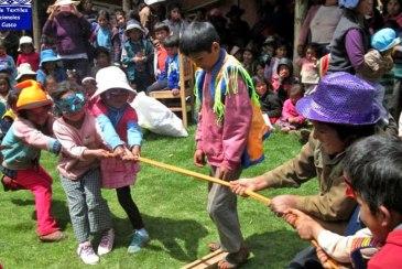A tug of war between the children of Mahuaypampa.