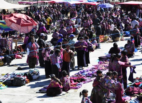 Overview of what the Sunday market in Zinacantan looks like. Clothes buying, vegetables, fruits and gadgetry.