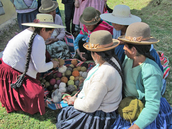 The women are gathered around Doña Julia´s balls of yarn talking about color combinations.