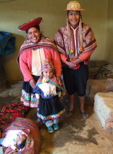 A family photo of a weaving family from Accha Alta.