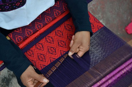 Chamuchic artisan from San Andrés Larríanzar weaving fabric for accessories. Photo courtesy Claudia Muñoz..